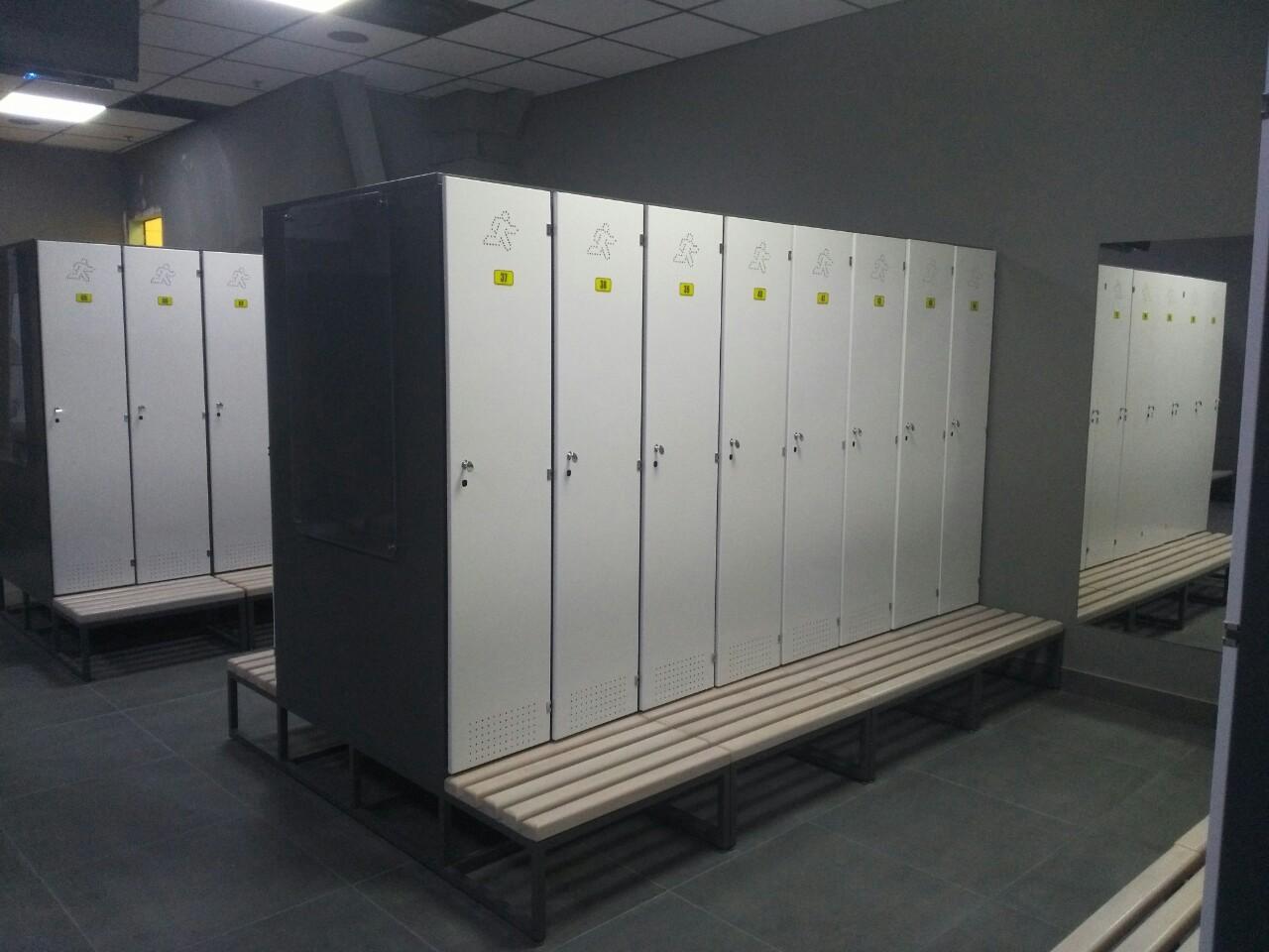 Шкафы: Шкаф для раздевалки премиум на 1 ячейку на лавочке