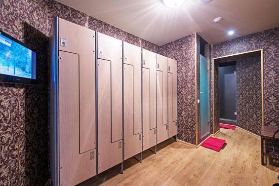 Шкафы и лавки для раздевалок: Шкаф для раздевалки из HPL пластика Z-образный